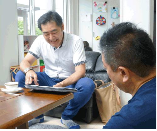 将来の事を語り合うご主人とおうちプランナー久保田